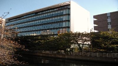 巴橋(ともえばし)から見た本社ビルです。
